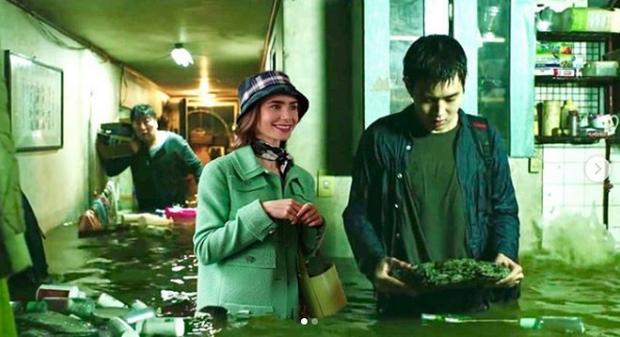 Hết quậy tưng Paris, Emily lại ghé chơi Hàn Quốc trong bộ ảnh cameo Ký Sinh Trùng cực nhắng nhít! - Ảnh 13.