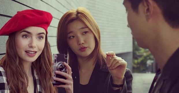 Hết quậy tưng Paris, Emily lại ghé chơi Hàn Quốc trong bộ ảnh cameo Ký Sinh Trùng cực nhắng nhít! - Ảnh 3.