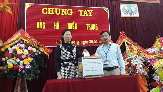 Các giáo viên trường cấp 3 ở Nghệ An từ chối nhận hoa ngày 20/10 để ủng hộ bà con miền Trung - Ảnh 4.