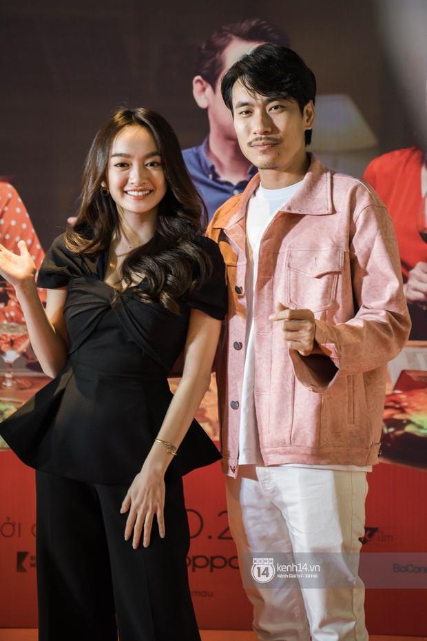 Kaity Nguyễn diện cây đen nền nã, dính như sam với tình màn ảnh Kiều Minh Tuấn ở thảm đỏ Tiệc Trăng Máu - Ảnh 4.