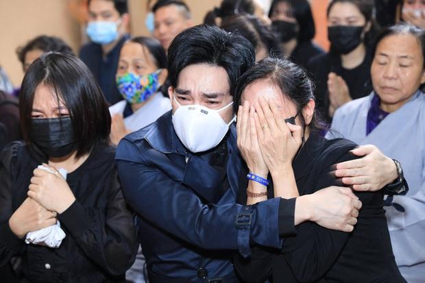 Quang Hà khóc nức nở trong tang lễ anh trai ruột, Lệ Quyên cùng nhiều nghệ sĩ xót thương - Ảnh 3.
