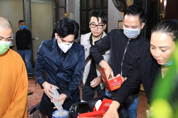Quang Hà khóc nức nở trong tang lễ anh trai ruột, Lệ Quyên cùng nhiều nghệ sĩ xót thương - Ảnh 4.