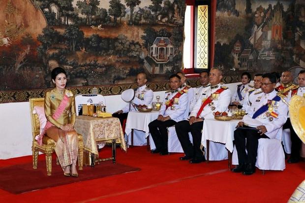 Hoàng quý phi Thái Lan nhận ân sủng mới từ nhà vua, phản ứng của Hoàng hậu Suthida nhận được nhiều sự chú ý - Ảnh 1.