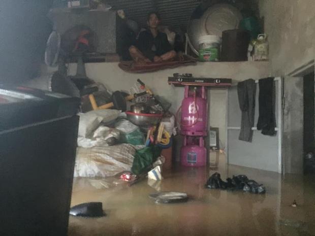 Đã tiếp cận được và cứu trợ cho gia đình 6 người mắc kẹt trong nhà suốt 3 ngày giữa biển lũ Quảng Bình - Ảnh 1.