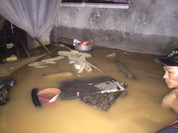 Đã tiếp cận được và cứu trợ cho gia đình 6 người mắc kẹt trong nhà suốt 3 ngày giữa biển lũ Quảng Bình - Ảnh 2.