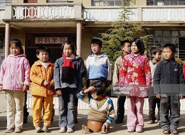 Trung Quốc: Bé trai bị thổi bay khi ném pháo xuống cống - Ảnh 1.