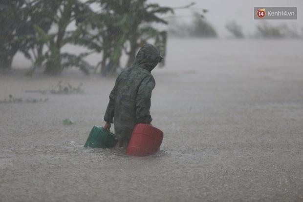 Hàng loạt trường Đại học lập quỹ quyên góp vì miền Trung, có nơi hỗ trợ 10 triệu cho sinh viên quê vùng lũ lụt - Ảnh 1.