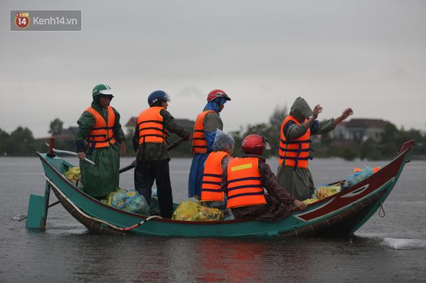 Tình người trong cơn lũ lịch sử ở Quảng Bình: Dân đội mưa lạnh, ăn mỳ tôm sống đi cứu trợ nhà ngập lụt - Ảnh 3.