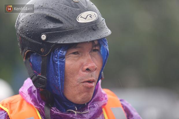 Tình người trong cơn lũ lịch sử ở Quảng Bình: Dân đội mưa lạnh, ăn mỳ tôm sống đi cứu trợ nhà ngập lụt - Ảnh 10.