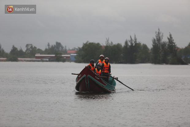 Tình người trong cơn lũ lịch sử ở Quảng Bình: Dân đội mưa lạnh, ăn mỳ tôm sống đi cứu trợ nhà ngập lụt - Ảnh 6.