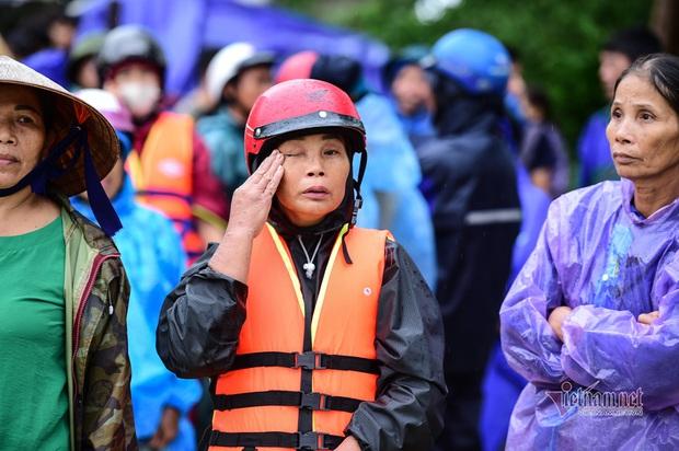 Ảnh: Những gương mặt khắc khổ, những giọt nước mắt thương tâm của người dân miền Trung giữa trận lũ lịch sử - Ảnh 3.