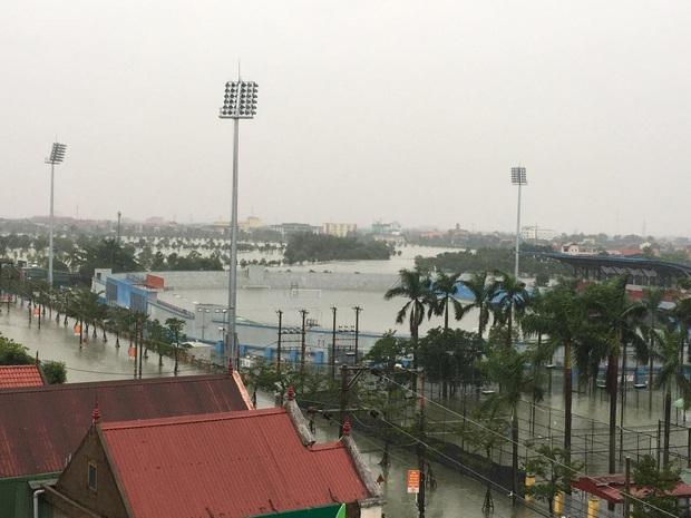Sân đấu V.League ngập tới nửa khung thành như bể bơi khổng lồ, trận Hà Tĩnh - Viettel bị thách thức - Ảnh 1.