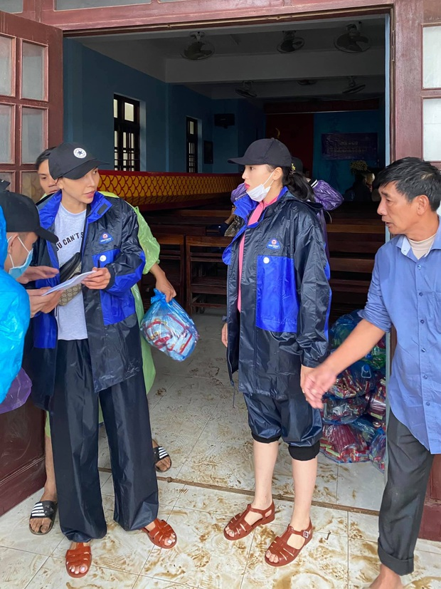 1500 suất hàng Hoa hậu Kỳ Duyên - Minh Triệu mang đi cứu trợ miền Trung bị nước tràn vào làm hỏng gần hết - Ảnh 5.