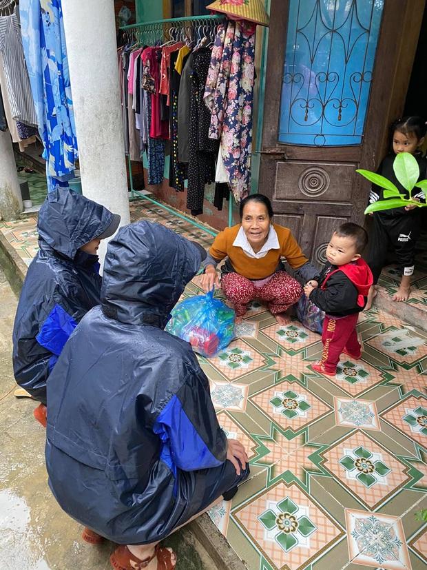 1500 suất hàng Hoa hậu Kỳ Duyên - Minh Triệu mang đi cứu trợ miền Trung bị nước tràn vào làm hỏng gần hết - Ảnh 4.