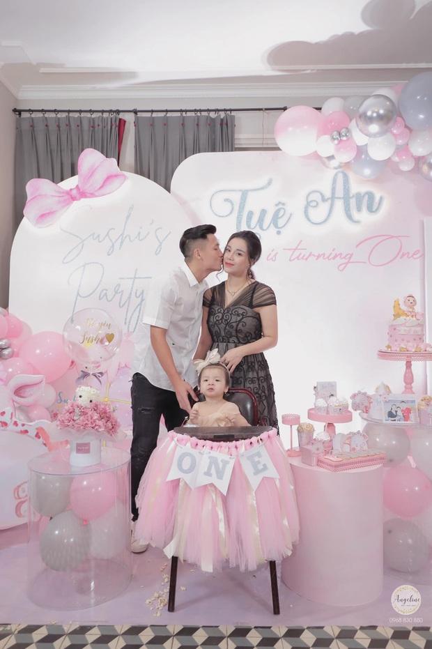 Bùi Tiến Dũng tổ chức sinh nhật cho con gái, hành động ôm hôn thắm thiết bà xã giật trọn spotlight! - Ảnh 2.