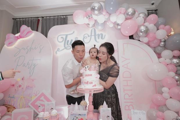 Bùi Tiến Dũng tổ chức sinh nhật cho con gái, hành động ôm hôn thắm thiết bà xã giật trọn spotlight! - Ảnh 7.