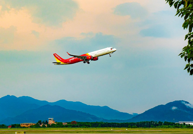 Các hãng hàng không Việt Nam đồng loạt hướng về miền Trung: Miễn phí vận chuyển hàng hoá cứu trợ, đổi ngày bay cho hành khách bị ảnh hưởng - Ảnh 1.