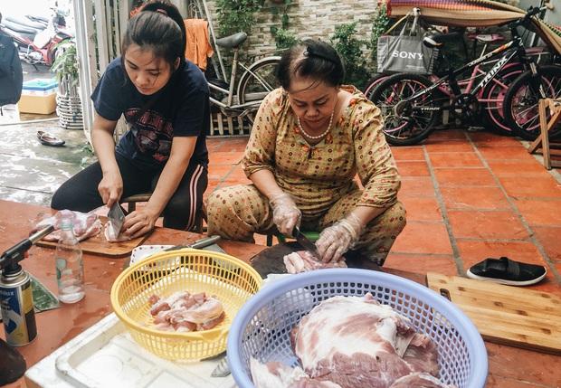 """Người Sài Gòn trắng đêm gói 5.000 bánh chưng, bánh tét gửi bà con vùng lũ, tiếp sức cho """"khúc ruột"""" miền Trung - Ảnh 5."""