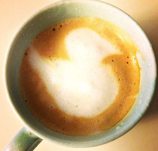 """Những lần dân mạng chứng kiến """"vật thể lạ"""" xuất hiện trong ly cà phê của mình, trí tưởng tượng phong phú lắm mới nhận ra được - Ảnh 29."""