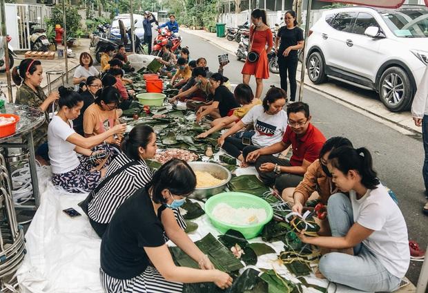 """Người Sài Gòn trắng đêm gói 5.000 bánh chưng, bánh tét gửi bà con vùng lũ, tiếp sức cho """"khúc ruột"""" miền Trung - Ảnh 2."""