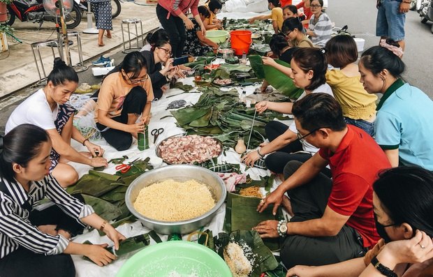 """Người Sài Gòn trắng đêm gói 5.000 bánh chưng, bánh tét gửi bà con vùng lũ, tiếp sức cho """"khúc ruột"""" miền Trung - Ảnh 3."""