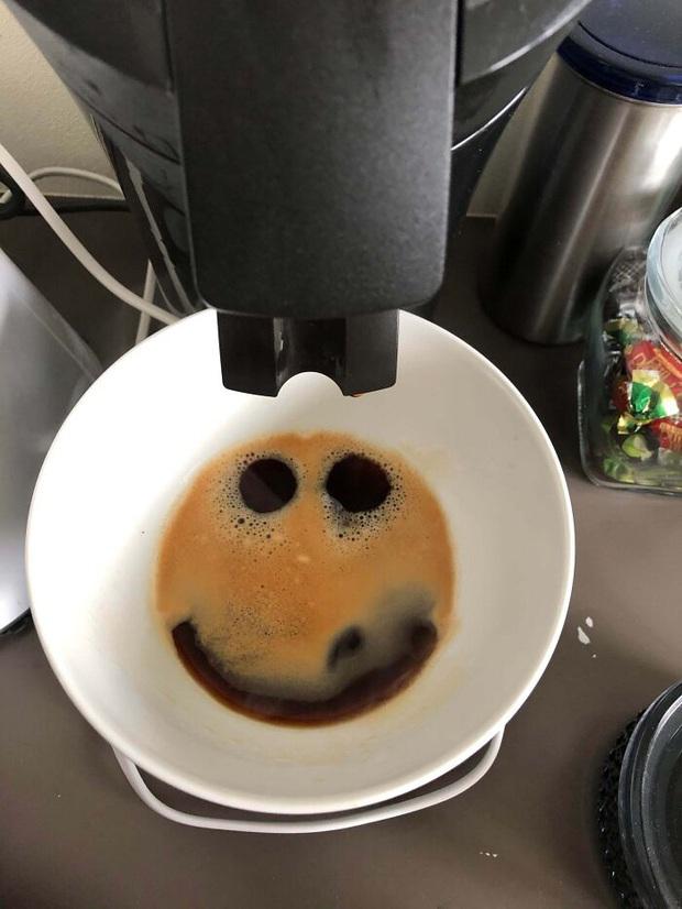 """Những lần dân mạng chứng kiến """"vật thể lạ"""" xuất hiện trong ly cà phê của mình, trí tưởng tượng phong phú lắm mới nhận ra được - Ảnh 15."""