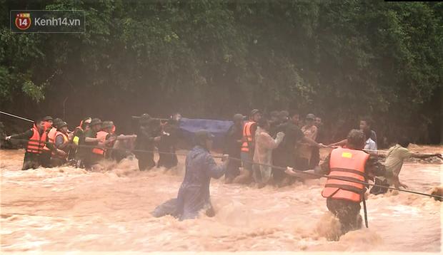 Clip: Hành trình băng rừng, vượt suối đưa thi thể Đại úy Công an hy sinh khi cứu người dân bị nước lũ cuốn về đất mẹ - Ảnh 6.