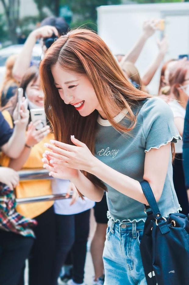 8 nữ idol xinh đến mức camera không bắt trọn được vẻ đẹp: Jennie ngoài đời thần thánh hơn, loạt búp bê sống Kbiz khiến fan sốc visual - Ảnh 22.