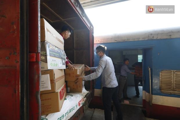 Đường sắt Việt Nam vận chuyển hàng hóa miễn phí vào miền Trung ngay sau khi thông đường - Ảnh 6.