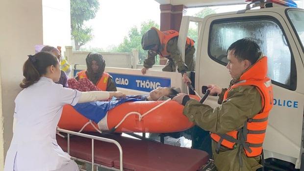 Vượt lũ đưa bệnh nhân, sản phụ đi bệnh viện - Ảnh 1.