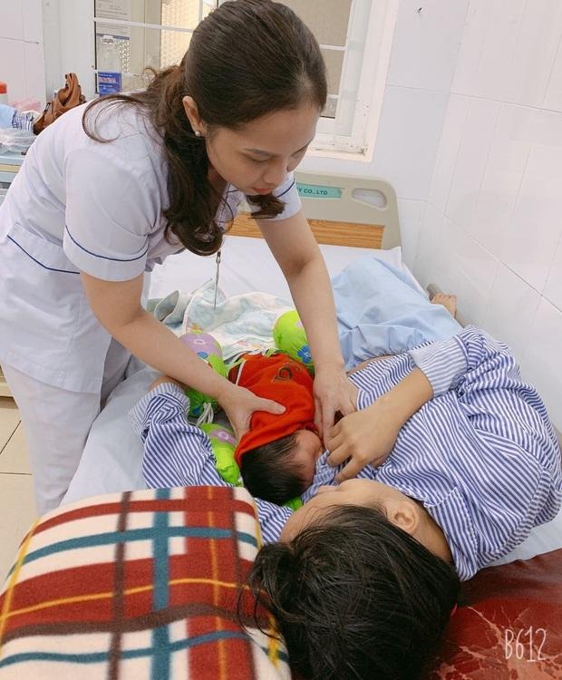 Vượt lũ đưa bệnh nhân, sản phụ đi bệnh viện - Ảnh 2.
