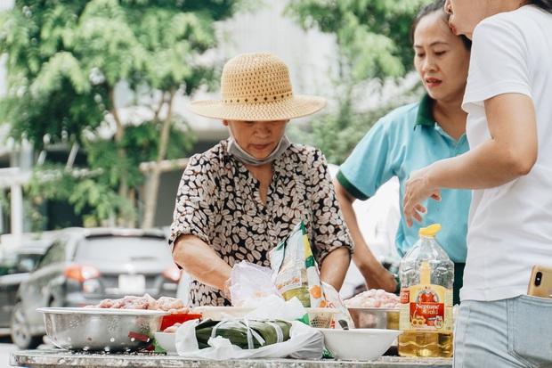 """Người Sài Gòn trắng đêm gói 5.000 bánh chưng, bánh tét gửi bà con vùng lũ, tiếp sức cho """"khúc ruột"""" miền Trung - Ảnh 8."""