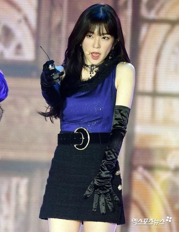 Irene (Red Velvet) suýt toang vì đang diễn mà rơi cả mic lẫn tai nghe, cách xử lý cục súc mới gây chú ý - Ảnh 3.