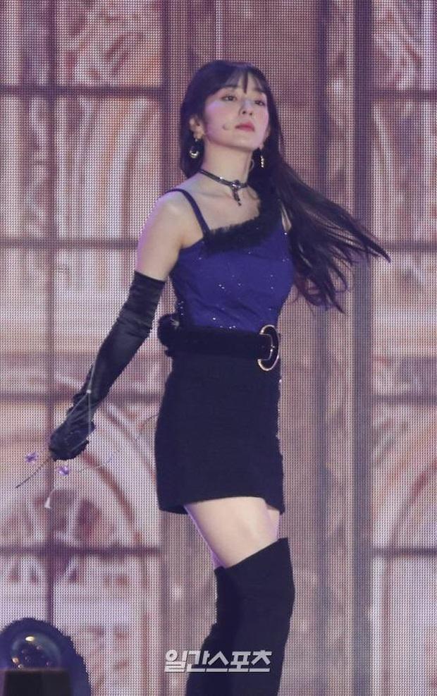 Irene (Red Velvet) suýt toang vì đang diễn mà rơi cả mic lẫn tai nghe, cách xử lý cục súc mới gây chú ý - Ảnh 4.