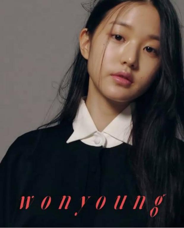 Netizen sốc nặng vì ảnh tạp chí thảm họa nhất Kpop: Dìm cả girlgroup xinh xắn, thánh body Wonyoung chưa phải khổ nhất - Ảnh 3.