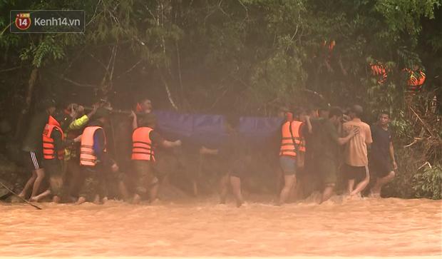 Clip: Hành trình băng rừng, vượt suối đưa thi thể Đại úy Công an hy sinh khi cứu người dân bị nước lũ cuốn về đất mẹ - Ảnh 3.