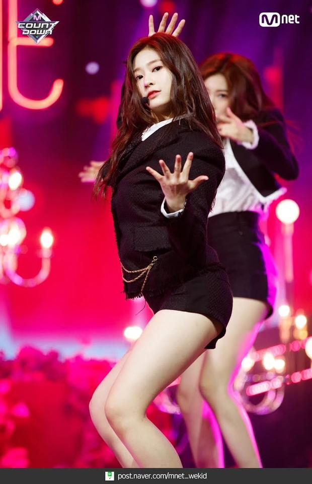 8 nữ idol xinh đến mức camera không bắt trọn được vẻ đẹp: Jennie ngoài đời thần thánh hơn, loạt búp bê sống Kbiz khiến fan sốc visual - Ảnh 18.