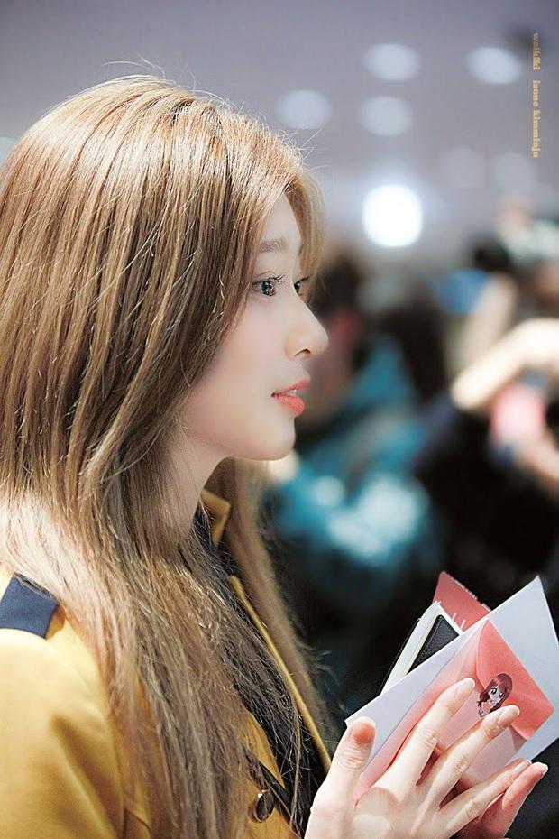 8 nữ idol xinh đến mức camera không bắt trọn được vẻ đẹp: Jennie ngoài đời thần thánh hơn, loạt búp bê sống Kbiz khiến fan sốc visual - Ảnh 19.