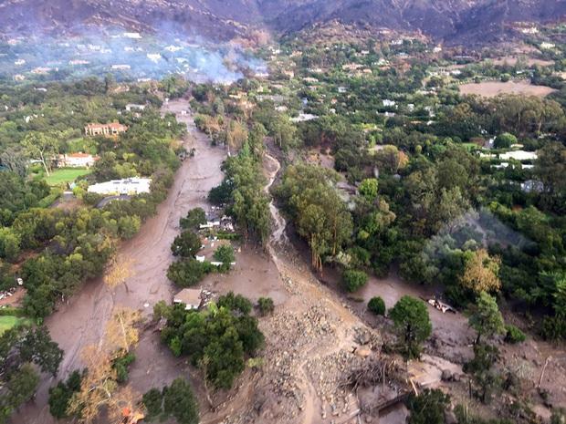 Cảnh tượng 8 ngôi nhà bị cuốn thẳng ra biển cho thấy hiện tượng sạt lở đất mùa mưa lũ đáng sợ đến như thế nào - Ảnh 2.