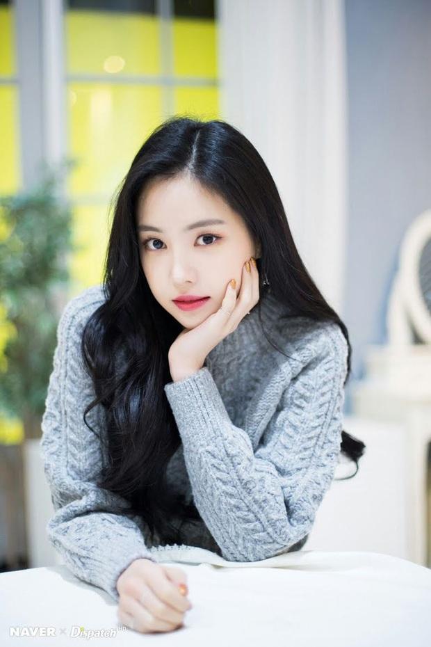 8 nữ idol xinh đến mức camera không bắt trọn được vẻ đẹp: Jennie ngoài đời thần thánh hơn, loạt búp bê sống Kbiz khiến fan sốc visual - Ảnh 26.