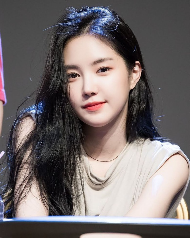 8 nữ idol xinh đến mức camera không bắt trọn được vẻ đẹp: Jennie ngoài đời thần thánh hơn, loạt búp bê sống Kbiz khiến fan sốc visual - Ảnh 27.