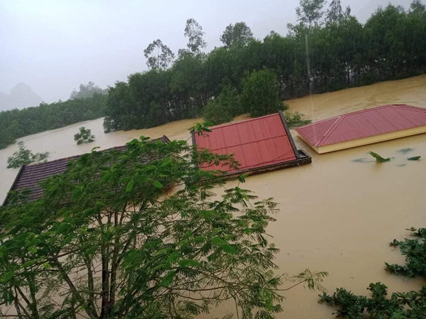 Hình ảnh trường học ở miền Trung ngập trong biển nước, sách vở và thiết bị tan hoang trong đống bùn, ai nhìn cũng quặn thắt tim  - Ảnh 1.