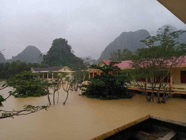 Hình ảnh trường học ở miền Trung ngập trong biển nước, sách vở và thiết bị tan hoang trong đống bùn, ai nhìn cũng quặn thắt tim  - Ảnh 2.