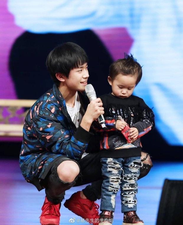 Top 1 Weibo: Em trai 7 tuổi của Dịch Dương Thiên Tỉ trở thành người trẻ nhất thế giới lập kỷ lục bịt mắt chơi rubik - Ảnh 3.