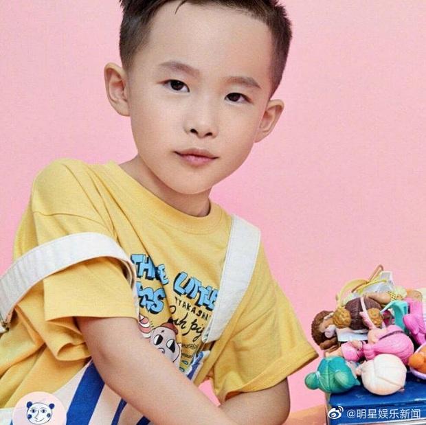 Top 1 Weibo: Em trai 7 tuổi của Dịch Dương Thiên Tỉ trở thành người trẻ nhất thế giới lập kỷ lục bịt mắt chơi rubik - Ảnh 4.