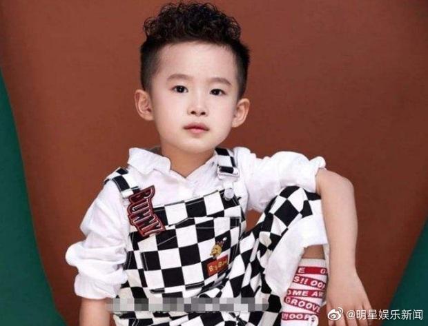 Top 1 Weibo: Em trai 7 tuổi của Dịch Dương Thiên Tỉ trở thành người trẻ nhất thế giới lập kỷ lục bịt mắt chơi rubik - Ảnh 5.