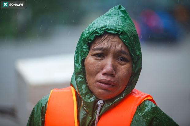 Ảnh: Người phụ nữ ở Quảng Bình lao ra dòng nước lũ xin đồ ăn cho mẹ già bật khóc khi được cứu hộ khỏi ghe lật - Ảnh 2.