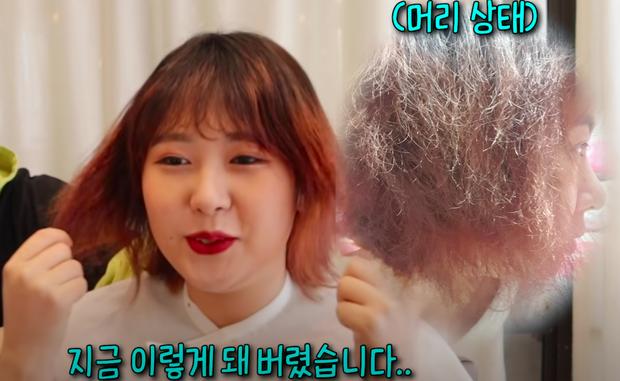 Tẩy và nhuộm quá nhiều khiến tóc khô như rơm, cô nàng miễn cưỡng nghe theo thợ làm tóc cắt đi 2/3 nhưng cái kết thật bất ngờ - Ảnh 1.