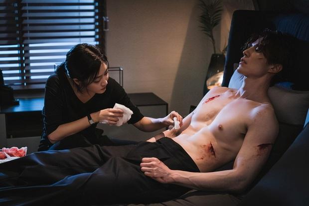 Crush mới lên đồ sương sương, Lee Dong Wook đã lao vào hôn tới tấp ở Bạn Trai Tôi Là Hồ Ly tập 5 - Ảnh 2.