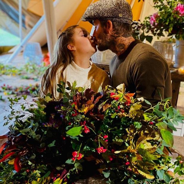 David Beckham thản nhiên hôn môi con gái út Harper, khiến dân mạng tranh cãi dữ dội - Ảnh 1.